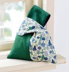 余った布はぎれで作れます。片方の持ち手の輪の中に、もう片方の持ち手を通してワンハンドルで使えるバッグです。 左右で布を変えるとデザインが引き立ちます。