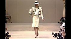 El otro clásico de Chanel Elegante y de estilo casual, la chamarra de #Chanel habla un lenguaje masculine/feminine ideal para la mujer activa y liberal de la época de post-guerra. Poco tiempo después, se convertiría en el símbolo de la elegancia effortless y un clásico por su diseño estructurado y sobrio en tweed. #VOGUEMX http://www.vogue.mx/articulos/the-jacket-la-clasica-chamarra-de-chanel/2129