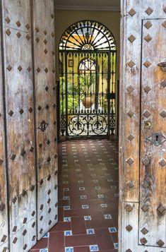 Casas Country, Spanish Garden, Casa Patio, Mediterranean Decor, Secret Places, Andalusia, Garden Gates, Seville, Malaga