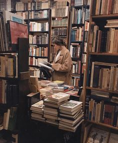 fotos Girl in a library Book Aesthetic, Aesthetic Girl, Athena Aesthetic, Aesthetic Black, Autumn Aesthetic, Aesthetic Beauty, Aesthetic Vintage, Foto Instagram, Coffee Instagram