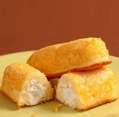 This homemade Twinkies recipe for Hostess snack cakes filled with fluffy cream filling is just like the ones from your childhood. But better. Köstliche Desserts, Delicious Desserts, Dessert Recipes, Yummy Food, Homemade Desserts, Homemade Food, Cupcake Recipes, Homemade Twinkies, Fried Twinkies