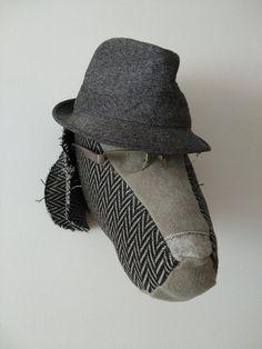 Braco: #Perrito decorativo hecho a mano con #lino, fieltro y jaquard espigas. Gagas recicladas y sombrero.