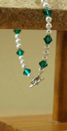 Items similar to Swarovski crystal and pearl bracelet, Emerald and pearl bracelet, Emerald wedding bracelet, Emerald bridesmaid bracelet on Etsy Crystal Bracelets, Crystal Jewelry, Wire Jewelry, Jewelry Crafts, Beaded Jewelry, Jewelery, Jewelry Bracelets, Homemade Jewelry, Jewelry Patterns