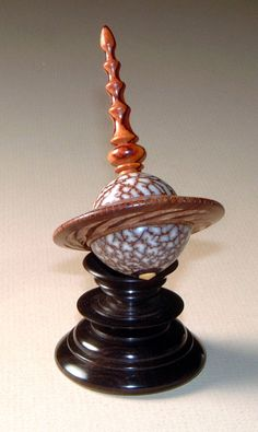 A Jon Sauer Planet Spin Top. On matching stand. Made of Cocobolo, Betel Nut, Tamboti, Boxwood & African Blackwood. Wood Turning Projects, Wood Projects, Lathe Projects, Wood Knife, Spinning Top, Wooden Tops, Wood Gifts, Wood Lathe, Modern Materials
