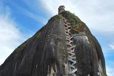 Gli ascensori? Non arrivano dappertutto. E per salire in cima ad alcune montagne, l'unica possibilità è imboccare scale spesso costruite nella roccia: percorsi vertiginosi (e suggestivi) che possono superare i 4000 gradini. Da percorrere senza guardare in basso.