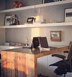 Home office…prateleiras brancas e mesa em madeira. Uma boa dica é usar um tampo de vidro sobre a mesa.  A cor das paredes em cinza deixam em destaque a marcenaria!!!  #dicameiramartins #decor #interiores #projetos #ambientes #inspiração...