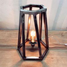 STÅLLAMPE: Håndlaget lampe i ubehandlet stål fra Gusmen. (Foto: Gusmen)