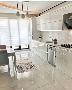 These Kitchen Cabinet Models Will Be Much Spoken That elegant design fashion, which creates warm Kitchen Cabinets Models, Kitchen Models, Design Rustique, Le Closet, Cheap Apartment, Decorative Pillow Covers, Cheap Home Decor, Cool Kitchens, Home Remodeling