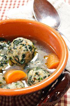 Perchè buttare il pane raffermo, se si possono fare dei buonissimi canederli vegan al cavolo nero? ;) Da mangiare in brodo o con la salsa funghi e zafferano per i più golosi!   Ricetta su: http://karmaveg.it/canederli-vegan-al-cavolo-nero.html