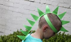 Easy craft: How to make a paper dinosaur hat. This easy homemade dress up idea will thrill your little dinosaur enthusiast and its a fun paper craft activity to boot! Get the full details at: Be sure to visit the Kidspot website for fun activities for Dinosaur Puppet, Paper Dinosaur, Make A Dinosaur, Dinosaur Mask, Dinosaur Balloons, Dinosaur Activities, Dinosaur Crafts, The Good Dinosaur, Craft Activities For Kids