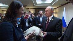 Появилось видео, как свитер перуанки добрался до Владимира Путина