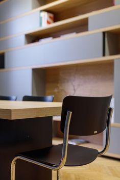 MOBILAMO Massmöbel - Showroom Graz Shop Counter, Bespoke Furniture, Dinner Table, Floor Chair, Simple Designs, Showroom, Office Desk, Designer, Table Designs