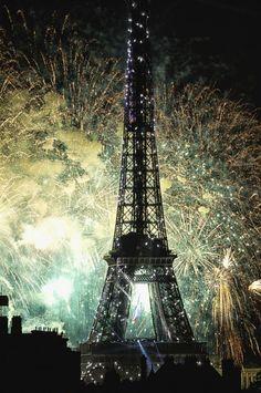 Paris sous les étoiles : feu d'artifice du 14 Juillet. Paris fireworks ! Pray For Paris, I Love Paris, Monuments, Star Sky, Tour Eiffel, Belle Photo, Fireworks, Paris France, Tours