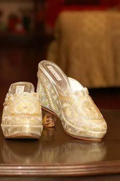 Cultura y tradición en una sola ceremonia #bodasdelmundo #tradiciones #matrimoniocompe #bodasperu #cultura #matrimoniosdelmundo #ceremoniasdelmundo Sneakers, Wedding, Shoes, Fashion, World, German Wedding, Russian Wedding, Peru Wedding, Arguing Couples