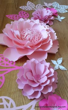 1 juego de collage de flores de papel, en color de rosa caliente, pálido color de rosa, rosa bebé y blanco.  Este listado incluye: 1 gran peonía - 15,5 pulgadas  dahlia pequeña 2 - 8 pulgadas  magnolia de extra pequeño 4 - 5.5 pulgadas  1 anémona pequeña de extr - 6 pulgadas  8 - cordones ramificaron de hojas - 12 pulgadas  6 mariposas - 2.5 a 4 pulgadas  RECEPCIÓN DE ÓRDENES DE ENCARGO!!!!!!  Enviar solicitud de orden de encargo con preferencia de color y la fecha de su evento. Este listado…