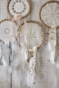 Como elaborar un atrapasueños con carpetas a crochet Dream Catcher Tat, Lace Dream Catchers, Los Dreamcatchers, Diy And Crafts, Arts And Crafts, Crochet Dreamcatcher, Doilies Crafts, Boho Wall Hanging, Creation Deco
