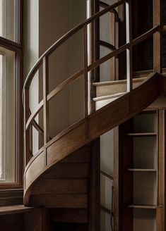 Urban Industrial Decor Tips Staircase Handrail, Interior Staircase, Spiral Staircase, Stair Railing, Home Interior, Spiral Stairs Design, Railing Design, Staircase Design, Architecture Details