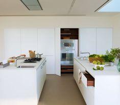 A spacious kitchen, clean lines and airy. * Almacenaje * Se ha reunido en un completo frente de armarios, junto con los electrodomésticos. Así se reducen recorridos.  #Spain  http://www.elmueble.com/articulo/cocinas_y_banos/3423/una_cocina_luminosa_espectacular.html#gallery-4