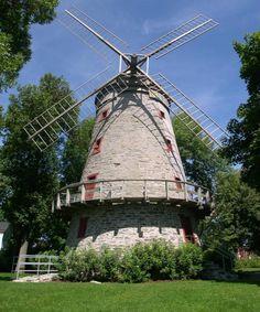 Le moulin à vent Fleming est un moulin à farine construit en 1827. Il est en activité jusqu'en 1892 et est acquis en 1947 par la municipalité qui, en 1982, en fait son emblème. Vers 1930, l'extérieur du moulin à vent Fleming est restauré. L'intérieur est aménagé en centre d'interprétation sur l'histoire du moulin. Il se situe dans l'arrondissement LaSalle de la ville de Montréal. Photo : Jean-François Rodrigue 2004 © Ministère de la Culture et des Communications