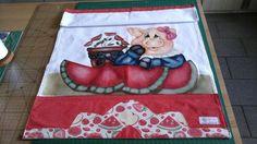 Pano de copa estilotex na cor branco, pintura e aplicações de melancia em tecido 100% algodão barrado e pontos decorativos.