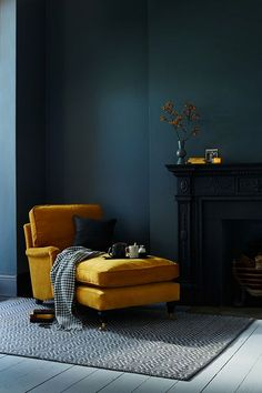 Interior Colour Scheme Dark Walls With Bright Yellow Chaise Top trending pins for June, see the rest of the favourites for interiors and style inspiration! Colour contrasting interior dark teal walls with mustard furniture. Dark Interiors, Colorful Interiors, Cozy Reading Rooms, Decor Room, Living Room Decor, Home Decor, Tv Decor, Ladder Decor, Bedroom Decor