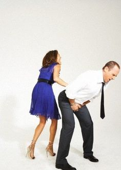 Mariska Hargitay and Christopher Meloni photoshoot. Mariska accidentally kicked chris by mistake. [I apologize for the blurriness]