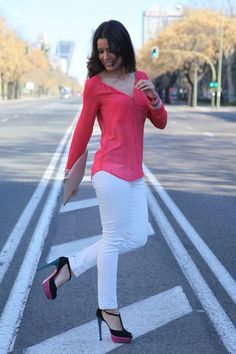 Image from http://www.bloglbd.com/wp-content/gallery/pantalon-blanco-camisa-fucsia/img_9079-copiar.jpg.
