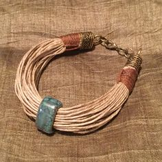 Pulsera de múltiples hilos de cáñamo con piedra color turquesa. Multiple hemp cords bracelet with turquoise decorative stone.