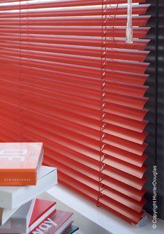 A Cortina Metais Preciosos na cor vermelha deixa o ambiente mais alegre e moderno.