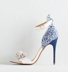 """Esto puede ser el """"algo azul"""" para combinar con un lindo vestido a media pierna para la boda de otra persona.   19 zapatos de boda no tradicionales que también puedes usar después"""