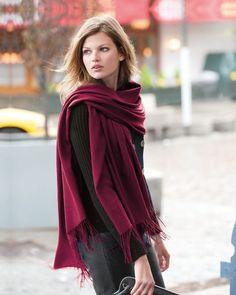 115878bc3f10 Apprendre quelle couleur de foulard pour brune pour une femme brune aux  cheveux châtains, choisir