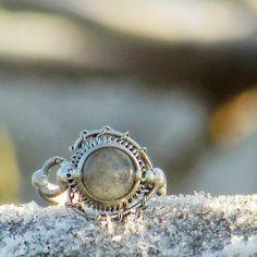 Srdcový+prsten+s+labradoritem+Autorský+originální+prsten.+Jemnost,+neha,+elegance.+Nepřehlédnutelný+originální+šperk.+Konstrukce+prstýnku+je+z+atestovaného+nerezu,+pájeno+bezolovnatým+cínem+s+obsahem+stříbra.+Dominuje+mu+placička+labradoritu+(8+mm).+Kámen+je+v+základní+světlešedé+barvě+s+jemnými+modrými+odlesky+(viz+foto).+Kámen+je+průsitný,+kvalitní.+Ušlechtilý...