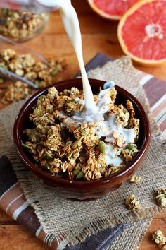 Healthy, vegan sweet pumpkin seed granola || A seasonal breakfast favorite