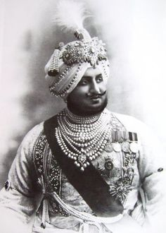 Maharaja Bhupendra Singh of Patiala (India), Wears an aigrette (Sarpech) by Cartier and various other turban ornaments plus fourteen strands of natural pearls. Vintage India, Cartier, Royal Indian, Royal Jewelry, Bling Jewelry, Jewellery, History Of India, Great King, Patiala