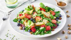 Sałatka z owocami i francuskim serem - poznaj najlepszy przepis. ⭐ Sprawdź składniki i instrukcje na KuchniaLidla.pl! Caprese Salad, Fruit Salad, Lidl, Food, Fruit Salads, Essen, Meals, Yemek, Insalata Caprese