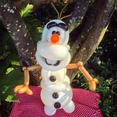 Olaf balloon creation.