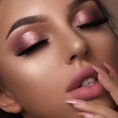 Are you in search of Christmas makeup ideas? Then you've come to the right place, we have all the best Christmas party makeup! Beautiful Eye Makeup, Pretty Makeup, Simple Makeup, Beautiful Eyes, Flawless Makeup, No Make Up Make Up Look, Make Up Gold, Weihnachten Make-up, Smokey Eyes Tutorial