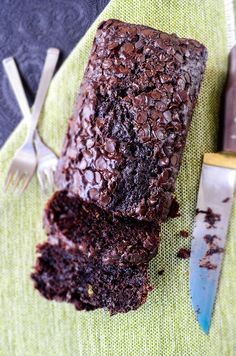 This Chocolate and Yogurt Zucchini Bread is so moist and rich that you will feel like you are eating brownies, yet a healthier version.Little olive oil, plain yogurt and lots of zucchini are the secret behind the moistness. Substitute GF flour for regular Just Desserts, Delicious Desserts, Dessert Recipes, Yummy Food, Chocolate Yogurt, Cake Chocolate, Chocolate Chips, Zucchini Muffins, Zucchini Loaf