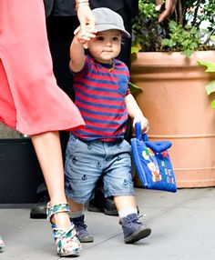 What an adorable picture! Mother and child walking together hands in hands is unbelievably adorable! Little Boy Outfits, Little Boy And Girl, Toddler Boy Outfits, Toddler Boys, Little Boys, Baby Kids, Baby Boy, Orlando Bloom, Cute Kids