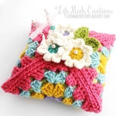 Cute granny pincushion made by Life Made Creations. You can find the free pattern here at Wild about Yarn http://wildaboutyarn.blogspot.de/2015/01/january-yal-blossom-pin-keeper.html ༺✿ƬⱤღ  https://www.pinterest.com/teretegui/✿༻