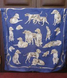 HERMES Foulard soie dessiné par Xavier de Poret, épagneuls gris sur fond bleu