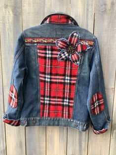 Embellished Jeans, Embroidered Denim Jacket, All Jeans, Denim Ideas, Denim Crafts, Creation Couture, Diy Clothes, Jean Jackets With Patches, Patch Jean Jacket