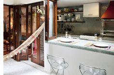 Cozinhas americanas e bem planejadas otimizam o espaço de complementa a decoração de apartamentos grandes e pequenos.