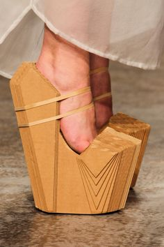 These shoes constructed of layered cardboard, are part of Winde Rienstra's 2014 footwear collection. He's known for exploring unconventional materials in fashion and footwear designs. Crazy Shoes, Me Too Shoes, Weird Shoes, Karton Design, Look Kimono, Funny Shoes, Shoe Boots, Shoes Heels, Prom Shoes