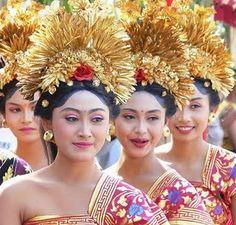 costume Balinese girls gold headdress sari traditional bali fashion parade celebration