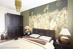 Nie trzeba wyszukanych rozwiązań kolorystycznych i wielkich nakładów finansowych, by sypialnia była efektowna i przytulna. Mała sypialnia została urządzona w ciepłych, naturalnych kolorach, które zachęcają do odpoczynku. Meble i dodatki są w kolorze ciemnobrązowym. Na podłodze sypialni znajduje się rzadko spotykany w aranżacji wnętrz afrykański gatunek drzewa (afromozja). O wystroju sypialni decyduje efektowna fototapeta.