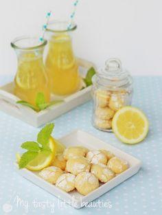 Zitronenkekse (80 Stück) 2 unbehandelte Zitronen 300g Mehl 2TL Backpulver 120g weiche Butter 200g Zucker 2 Eier 100g Puderzucker