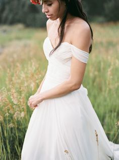 Off the shoulder chiffon gown: http://www.stylemepretty.com/2014/12/10/bohemian-montana-lodge-wedding/ | Photography: Rebecca Hollis - http://rebeccahollis.com/