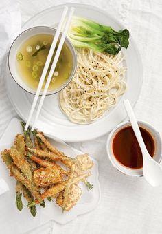 Kalla japanska udonnudlar med het misobuljong och tempura | Recept.se