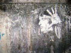 Finies les bombes de peinture chimique, aujourd'hui de nouvelles tendances plus écolos émergent dans le street art. Fresques au marteau-piqueur, dessins de boue ou à la brosse, la créativité des artistes urbains est sans limite.